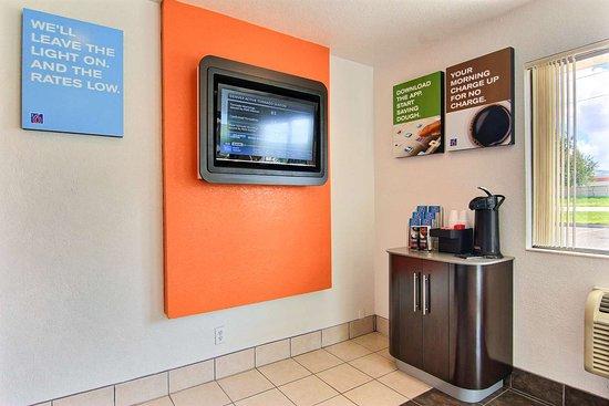 Motel 6 Kingsville: lobby