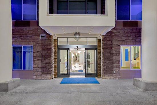 Holiday Inn Express & Suites Ontario: Exterior