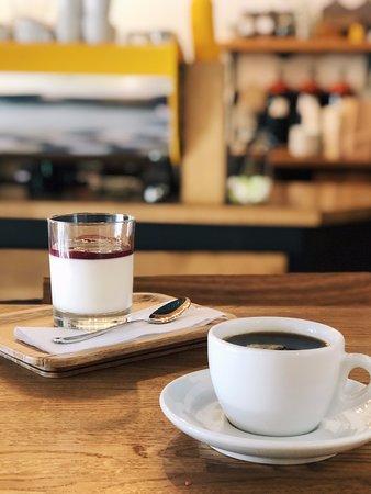 Нежнейшая Панна-Котта отлично сочетается с черным фильтр-кофе.