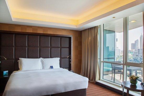 Radisson Blu Hotel, Dubai Media City: Executive room with lounge access and balcony