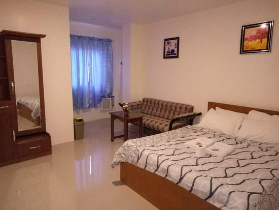 Bontoc, Филиппины: Deluxe Room(1 King Size bed, Private CR w/ hot and cold shower,aircon,tv,sofa,mini ref and breakfast for 2 pax)