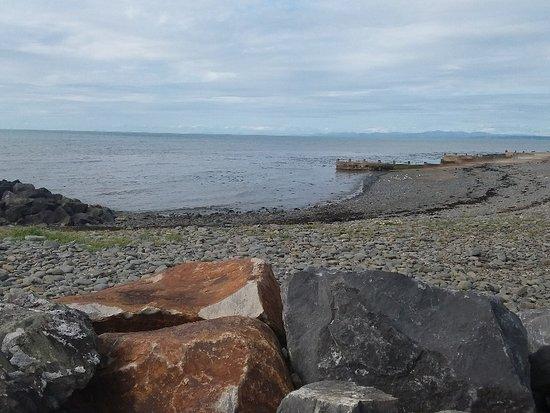 Aberaeron, UK: La spiaggia coperta da ciotoli e sassi, ci hanno detto che in certi momenti è possibile avvistare nella Baia  i delfini focena ....