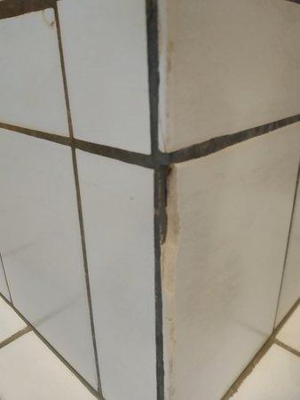 Kapotte scherpe badkamertegels