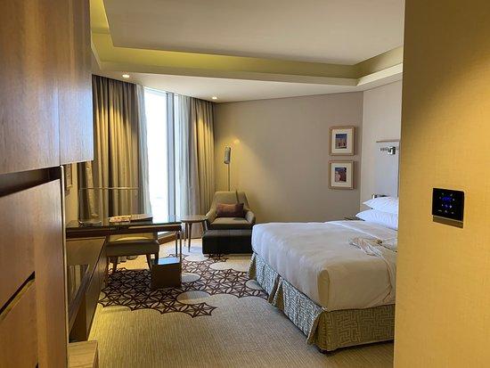 الفندق رائع والخدمة ممتازة إجراءات الدخول والخروج سهلة وسريعة والموظفين متعاونين جدا الغرفة واسعة ونظيفة الموقع ممتاز ومتصل بمول جراند مسقط وقريب من الافنيوز