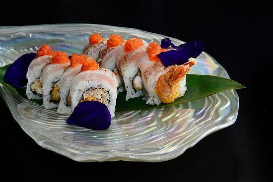 Waikiki Roll: Roll di gambero in tempura, granchio, papaya e maionese di shiso con all'esterno pesce bianco fiammeggiato e maionese di shiso