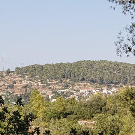 Agur, Israel: Это очень красивое место. Называется Brittania Park. Находится в районе Бэйт шэмэш на холме 320 м над уровнем моря. Это место подходит для тех кто любит тихое и спокойное место. Подходит для тех кто любит как пешие прогулки так и для езды на горных велосипедах. В парке есть удобные места для тех кто любит посидеть на природе и делать шашлыки ,для которых есть специально оборудованные мангалы. На вершине холма ведутся раскопки Тель авивским факультетом археологии. Очень красивый вид на всю округ