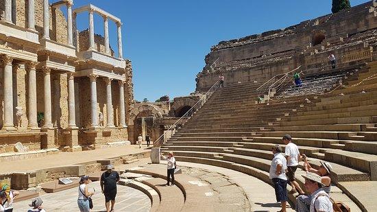 Se observa con mucha atención el lugar del teatro romano.-