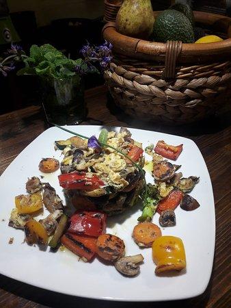 Revuelto de huevos camperos con verduras y setas. Free range scrambled eggs with vegetables and mashrooms.