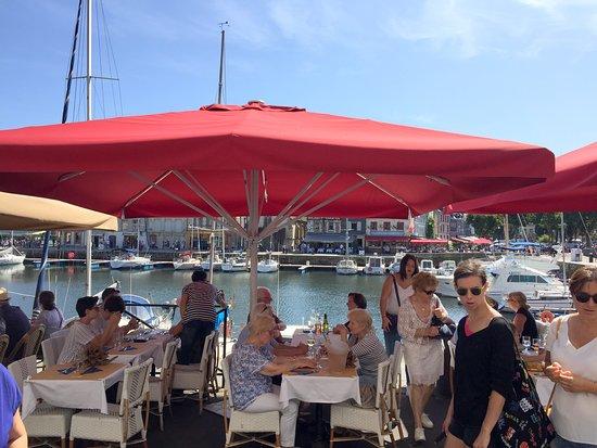 70 Quai des Gourmets: La large terrasse en bordure du port.