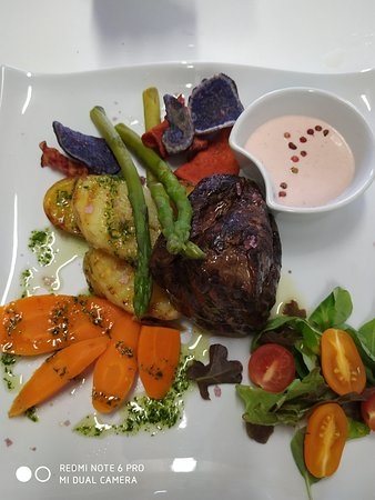 Tenderloin in pink pepper with 2 colours potatoes, asparagus, carrots and salad.