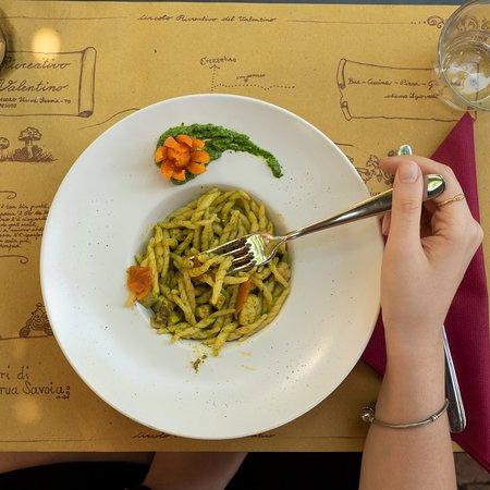 Verrua Savoia, Olaszország: Trofie al pesto di rucola con pomodorini e pesce spada