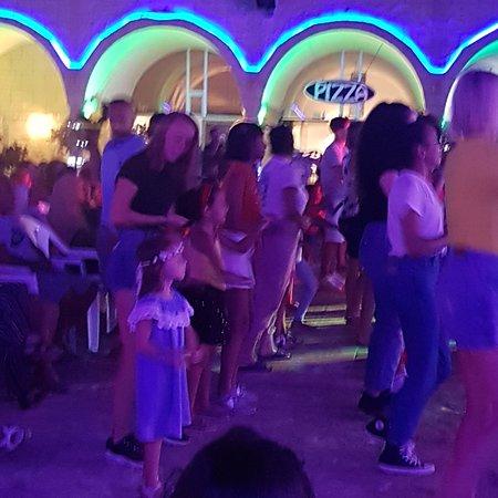 Lancement de la soirée avec les danses du club.