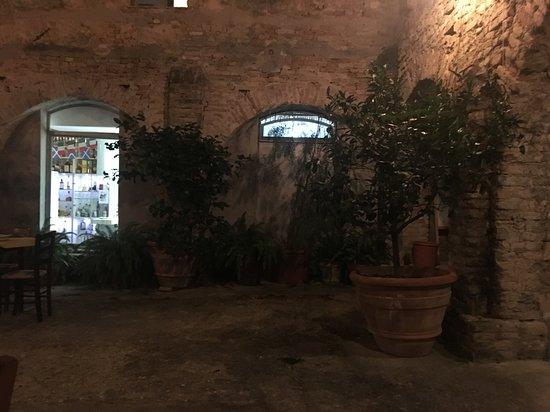 Il chiostro dove si mangia all'aperto