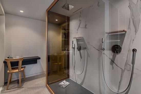 Suite geneva Bedroom Bathroom