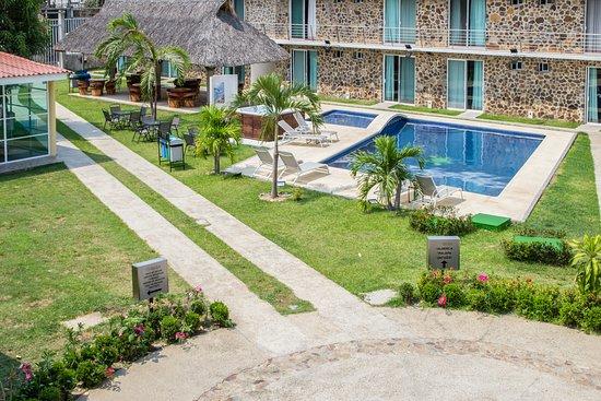 Hotel Stone : Un hotel con todos los servicios, amplio, limpio y con una atención de primera línea. Ideal para disfrutar al máximo y pasar unas vacaciones inolvidables con familia, pareja o solo. Excelente ubicación y con facilidad para salir a disfrutar de todos los lugares más hermosos de Acapulco.