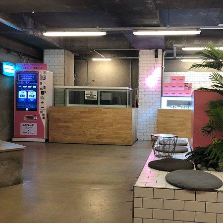Zapangi: 這裡算是首爾的網紅咖啡廳之一了吧,除了本地女孩子之外,可能更多的就是日本人來這裡了。個人感覺夜間來會更美,不過白天應該也是有不同的感覺。位置大概在望遠洞地鐵站附近,需要穿過一兩個小巷子才能到達。裡面的蛋糕和飲品也真的是很夢幻,但是味道就不是很棒了,奶油真的會有點膩。