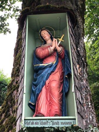 Schmerzhafte Madonna an der Linde