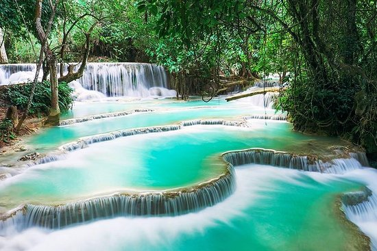全天湄公河游轮到Pak Ou Caves。匡思瀑布。当地村庄