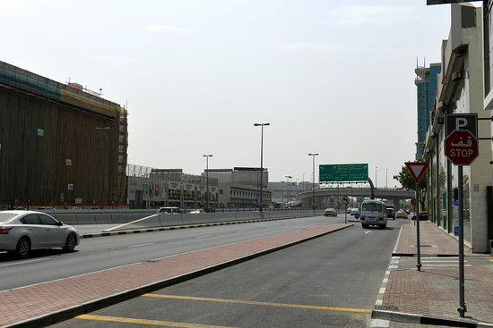 Flora Inn Hotel Dubai Airport: The streetview in front of the hotel
