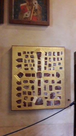 Croce realizzata con pietre preziose