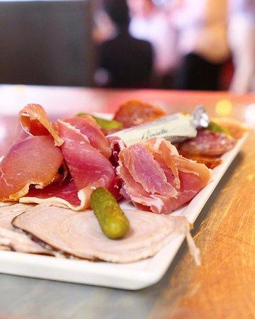 L'assiette de charcuterie franco-espagnole parfaite pour une entrée à partager ou pour l'apéro !