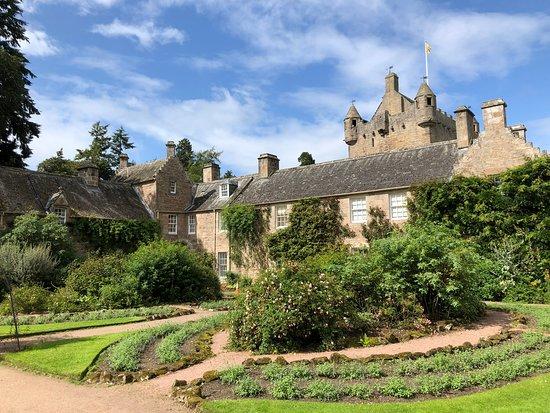 Sin colas: entrada al castillo de Cawdor: Castle from the garden