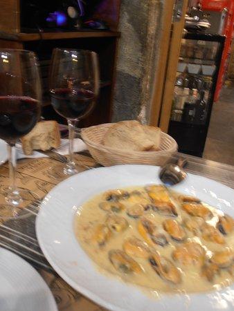 Restaurante Maria Castana: ムール貝のウニソース和え。ソースが濃厚です!美味しい田舎パンで、きれいに拭って食べてくださいね。