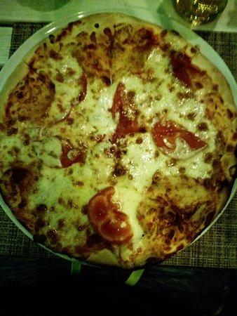 Pizza margherita, 20 leu (€ 4,20), buona per essere in Romania, anche se manca il basilico.