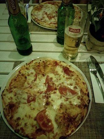 """Pizza margherita, 20 leu (€ 4,20), buona per essere in Romania, anche se manca il basilico + birra media in bottiglia """"Ursus"""", 4,20 leu (€ 1,80)."""