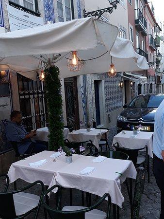 Versículo do Faia: Tavolini all'esterno del locale.