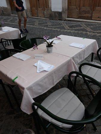 Versículo do Faia: Uno dei tavolini all'esterno.