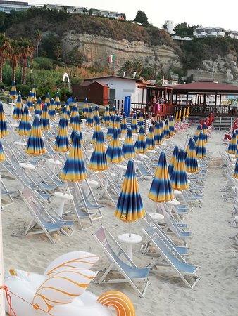 Villaggio La Pace Club: Spiaggia in discesa, sdraio scomodissime. Tra gli ombrelloni non c'è spazio a sufficienza per passare, con gli ombrelloni aperti si forma una cappa di calore asfissiante