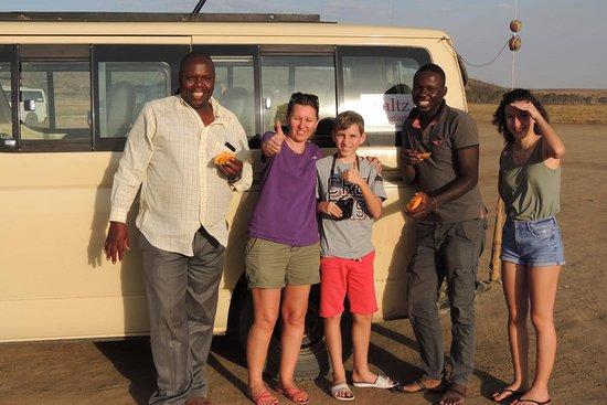 Walter en rouge et le chauffeur Boula : bonne ambiance tout au long de notre séjour! - WALTZ SAFARIS, Nairobi Resmi - Tripadvisor