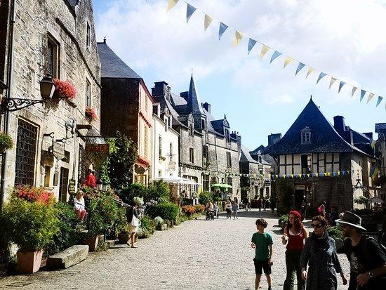 Rochefort-en-terre: la rue principale avec ses boutiques traditionnelles.