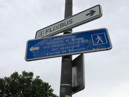Depuis le Chemin de Ronde du Parc de Bercy, on peut atteindre la BNF par la Passerelle Simone de Beauvoir