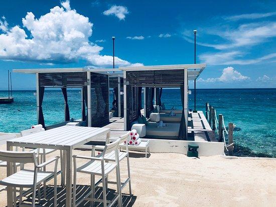 Dit us een geweldig hotel in Cozumel. We zijn met de ferry van PlayaDel Carmen naar Cozumel overgevaren en hebben daar een auto gehuurd. Het hotel is echt geweldig en de zee is daar echt heel mooi blauw. We hadden een kamer aan het strand geboekt echt geweldig. Zo uit je kamer s ochtend de zee in. Er waren 2 douche ruimtes een binnen en de andere regen douche buiten in een plaatsje . Echt geweldig. Hotel is wel erg prijzig maar wel de moeite waard.