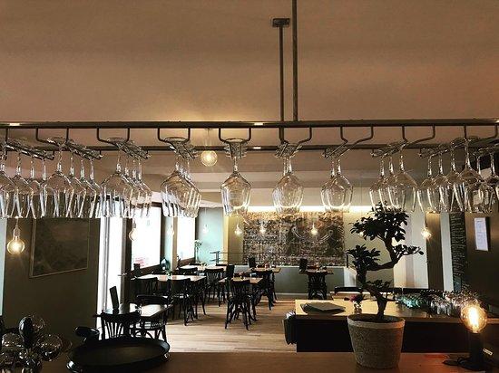 A La Demi-Lune: À la Demi-Lune, c'est un restaurant, un bar à vins et, grace à Bread Store, un dépôt de pain et de viennoiseries!  Nous sommes ouverts du mercredi au samedi de 07h00 à 23h00 et le dimanche de 08h00 à 23h00.