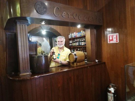 Saludando e invitando a saborear una exquisita cerveza mexicana