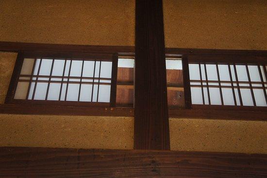 部屋の上部にはこのように空気を入れ替えする窓がついていました 関東圏ではほとんど見ないですよね