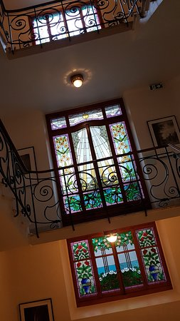 Grand Hotel Suisse Majestic: Beautiful stained glass windows in the hotel's staircase