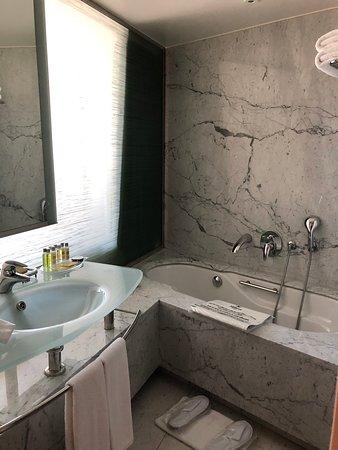Hilton Athens: Sink and bathtub in marble washroom