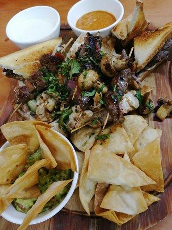 Tabla de carne y nachos.
