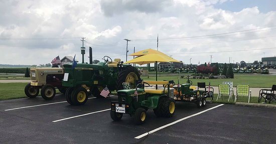 Poseyville, IN: The Red Wagon - Tractor Show