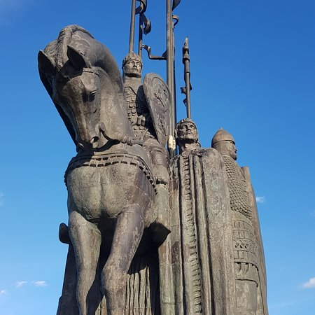 Ледо́вое побо́ище(нем.Schlacht auf dem Eise,лат.Prœlium glaciale — «Ледовая битва»), такжебитва на Чудском озере(нем.Schlacht auf dem Peipussee)— битва, произошедшая на льдуЧудского озеравсубботу5 апреляпоюлианскому календарю(12 апреляпопролептическому григорианскому календарю)1242 годас участиемижоры,новгородцевивладимирцевпод предводительствомАлександра Невского, с одной стороны, и войскамиЛивонского ордена— с другой. Является одним изДней воинской славы России.