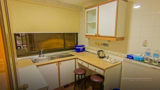 Natasya Resort Cameron Highlands: Kitchen comes with microwave, fridge & kettle