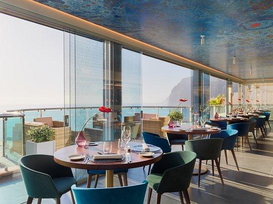 Restaurante amplio, con cristalera abierta
