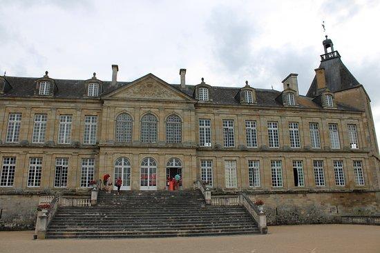 Sully, Γαλλία: Très joli château qui vaut le détour