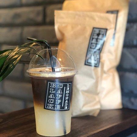 Black Caffe: У нас уютно 😏 Всегда вкусный кофе, натуральные чай, Какао и сладости. Ооочень вкусные круассаны 😎