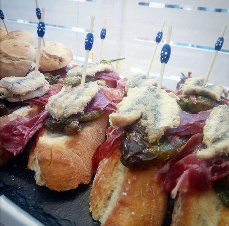 Y esque cuando hay boquerones de Cádiz buenos en nuestro mercado, no podemos resistirnos a ellos!! Estos con jamón ibérico y pimientos fritos!