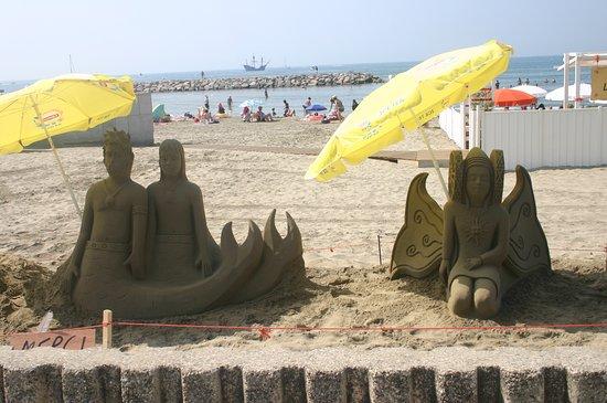 La plage et ses sculptures.